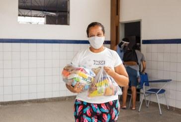 """""""Cada alimento aqui faz uma diferença enorme lá em casa"""", diz mãe de estudante da rede municipal ao receber kit alimentação"""