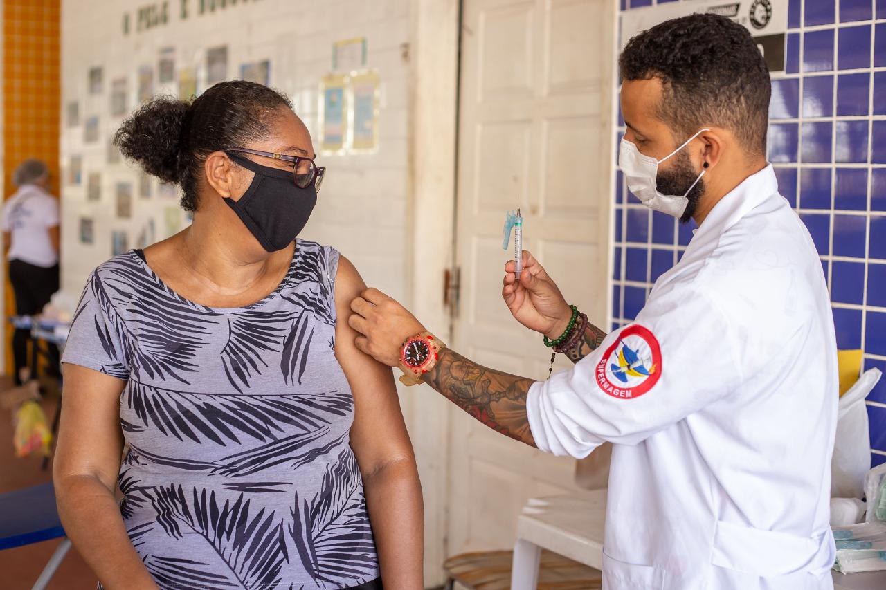 Lauro de Freitas vacina agentes de limpeza, nesta quinta-feira (29). Imunização nos drive-thrus está suspensa