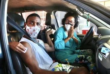 Neste 1º de maio, prefeita acompanha vacinação de trabalhadores em Lauro de Freitas. Mais de 700 pessoas foram imunizadas hoje