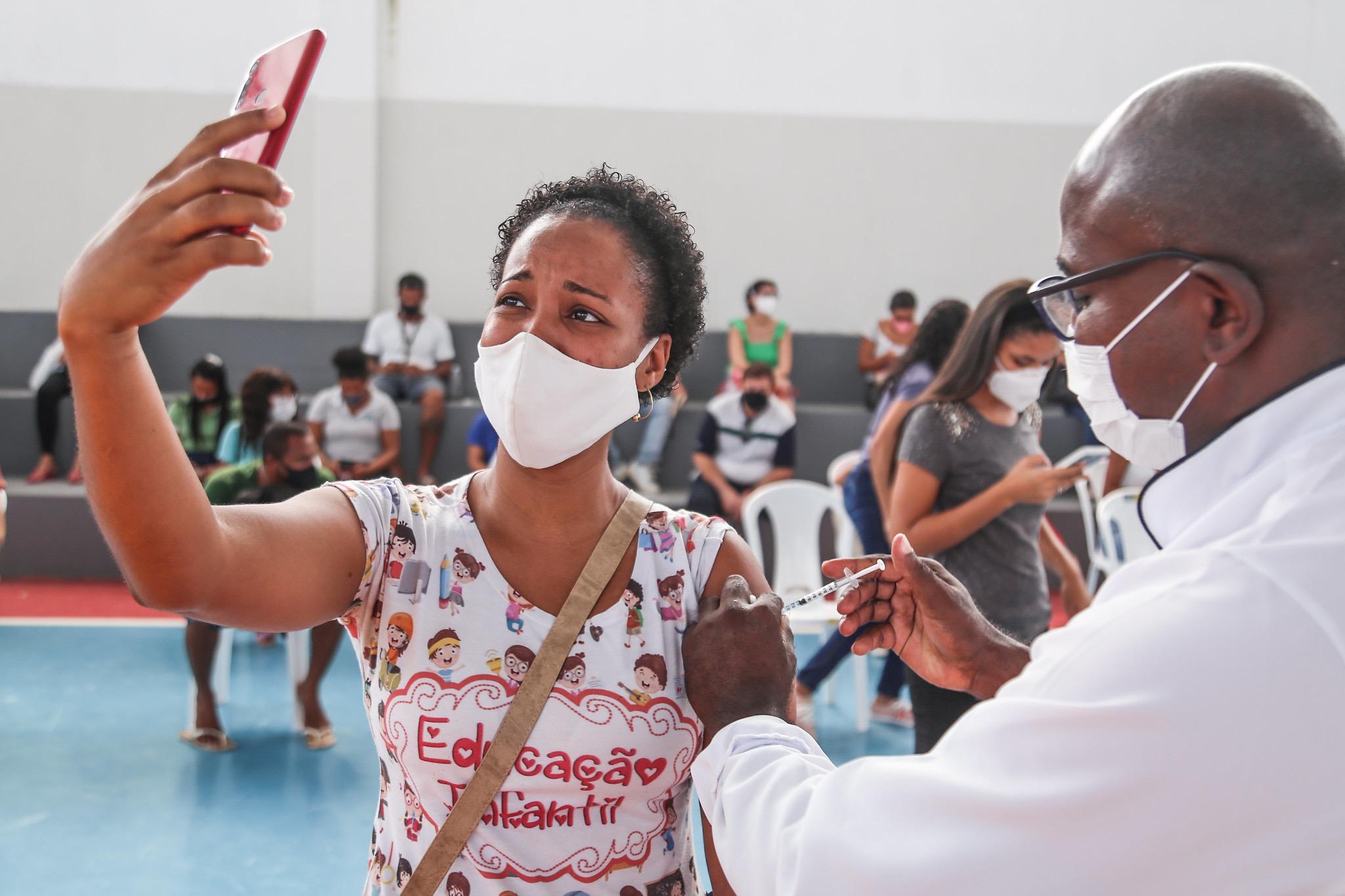 """""""Sinto esperança em dias melhores"""", diz professora que recebeu a primeira dose da vacina contra a Covid-19 em Lauro de Freitas"""