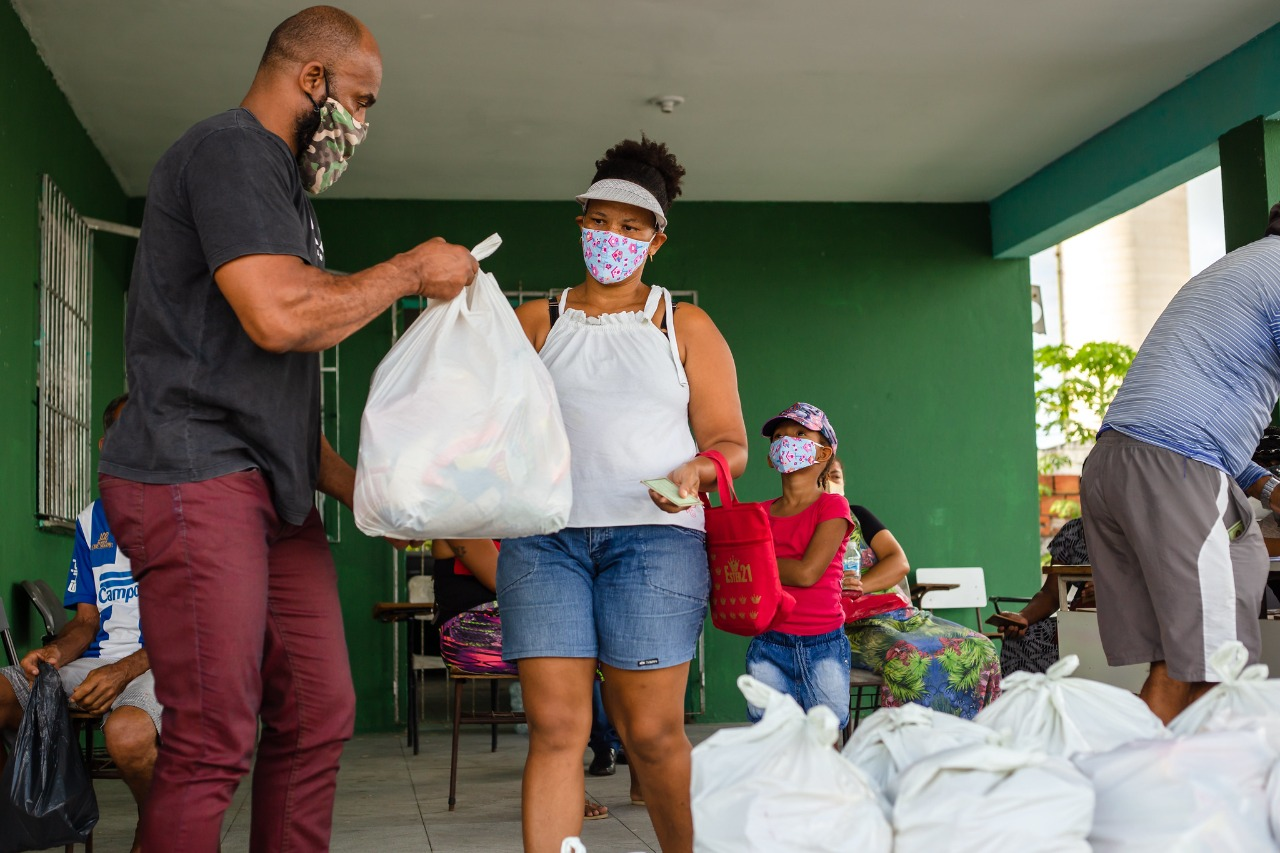 Lauro de Freitas entrega cestas básicas a trabalhadores afetados pela pandemia