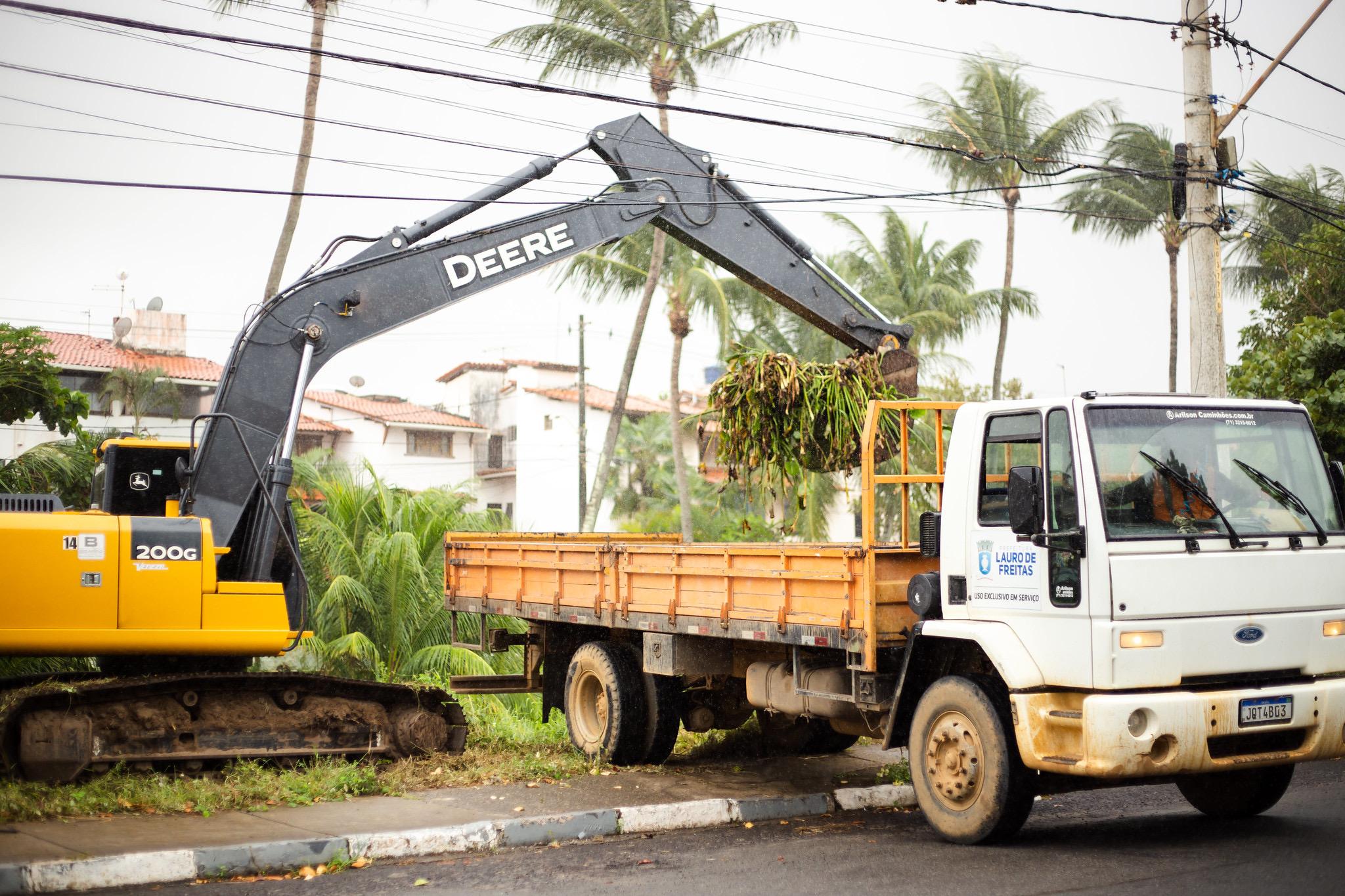 Lauro de Freitas intensifica limpeza de córregos e poda de árvores