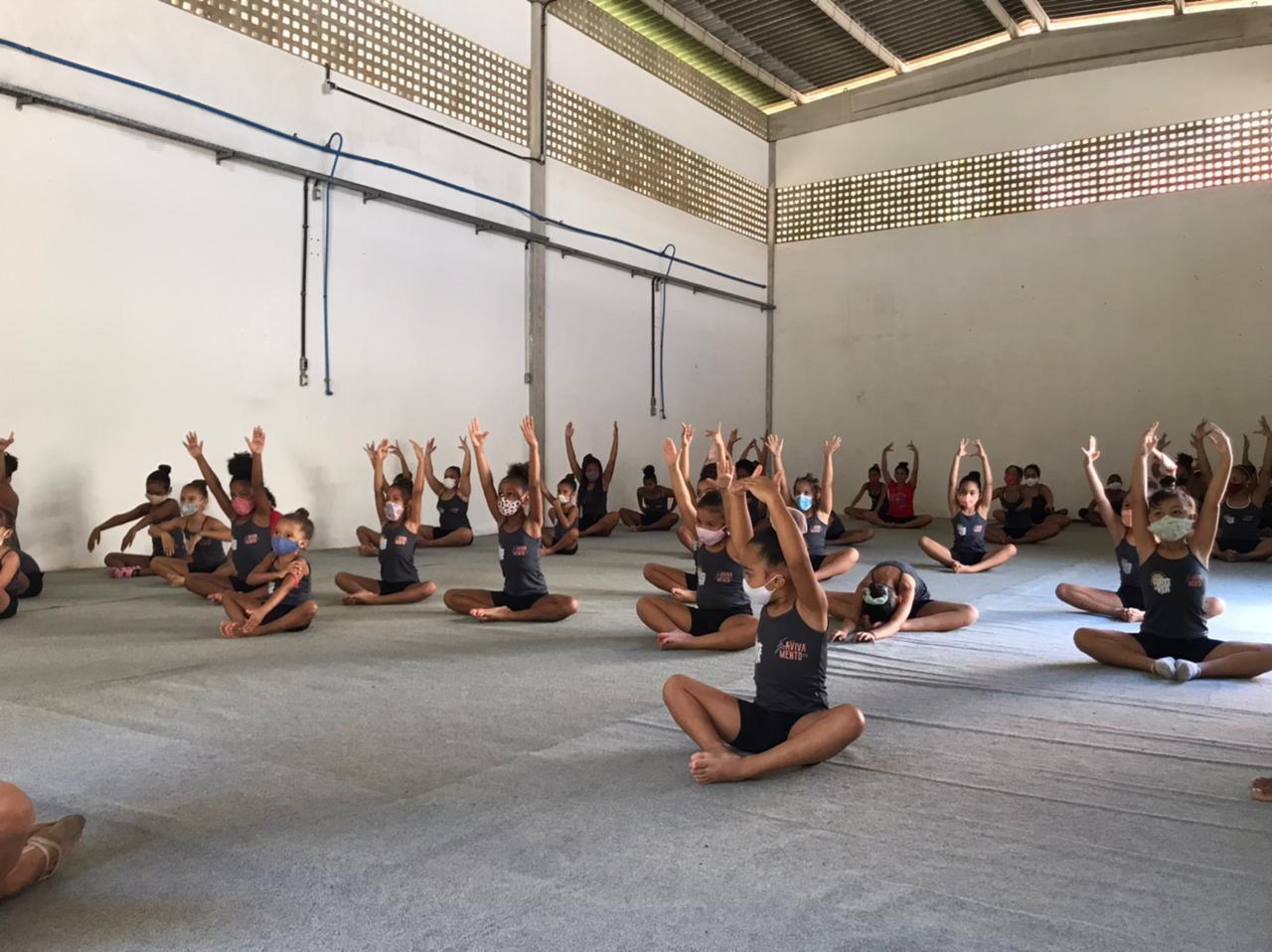 Alunas da rede municipal de Lauro de Freitas fazem apresentação de ginástica rítmica em shopping de Salvador, neste sábado (24)