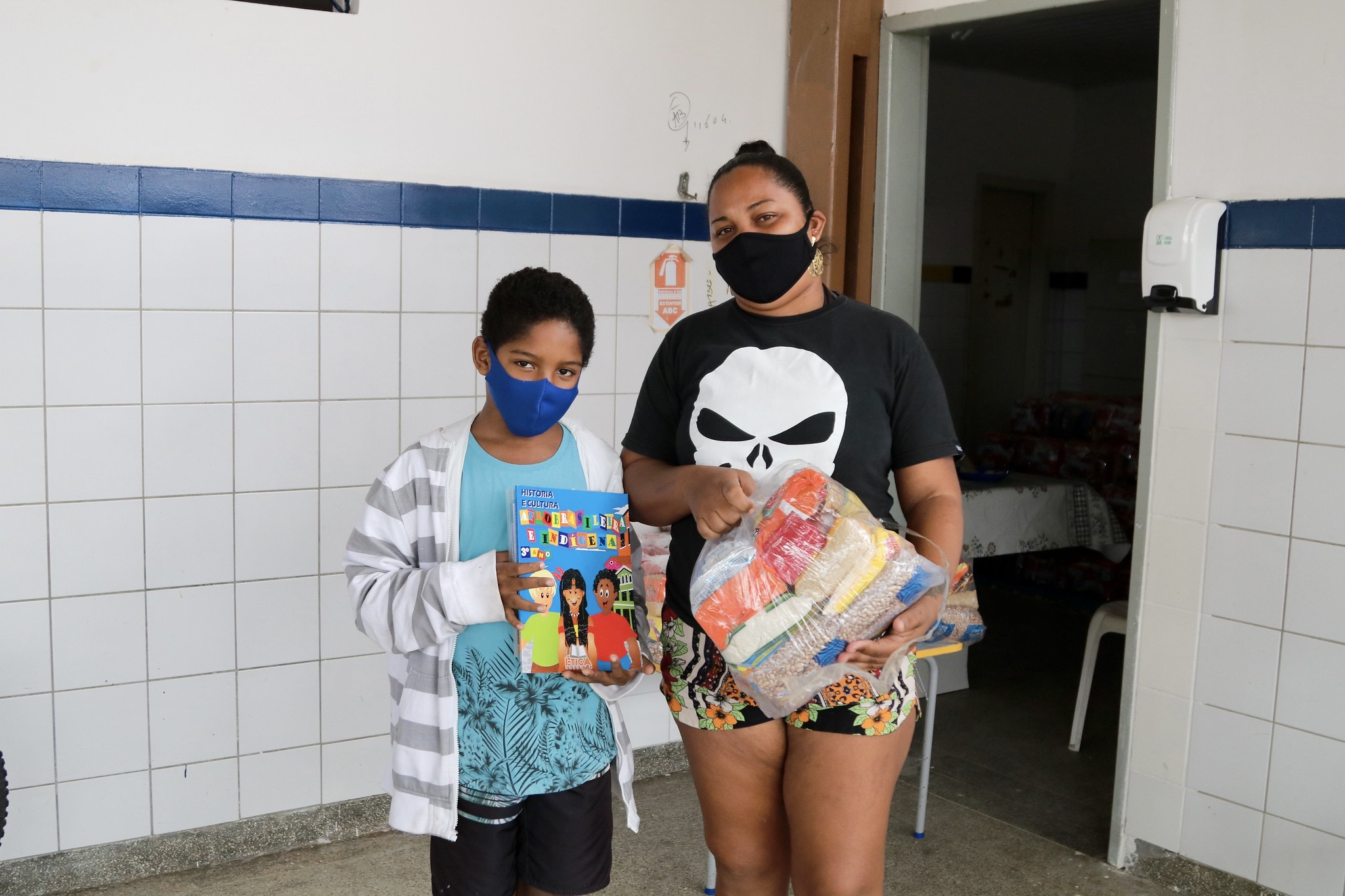 Sábado foi de entrega de kit alimentação para alunos da rede municipal de Lauro de Freitas