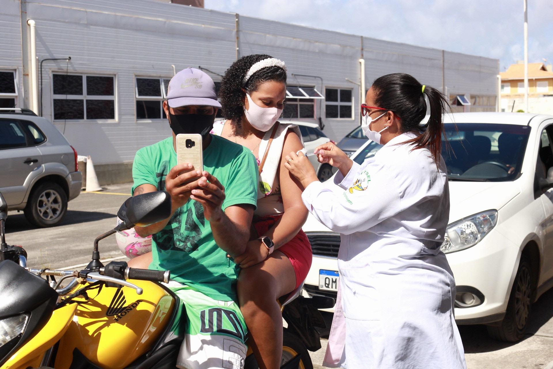 Lauro de Freitas vacina mais de 6 mil pessoas contra a Covid-19 e alcança 81% do público-alvo. Imunização continua para jovens de 21 anos na segunda (23)