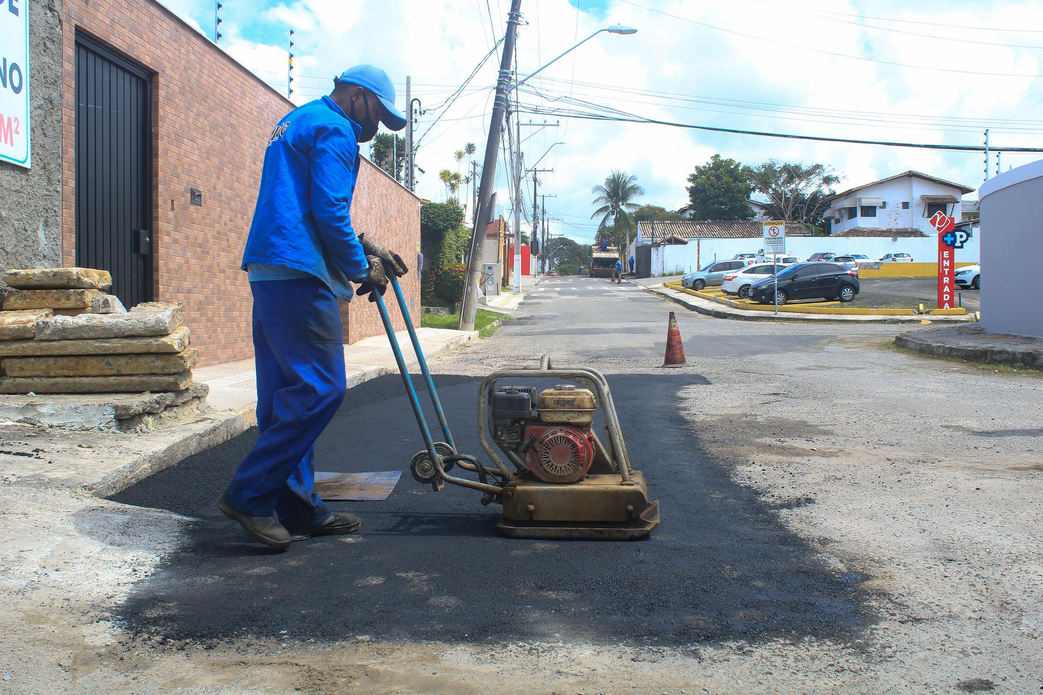 Com diminuição das chuvas, Operação Tapa-buracos segue levando melhorias aos bairros de Lauro de Freitas