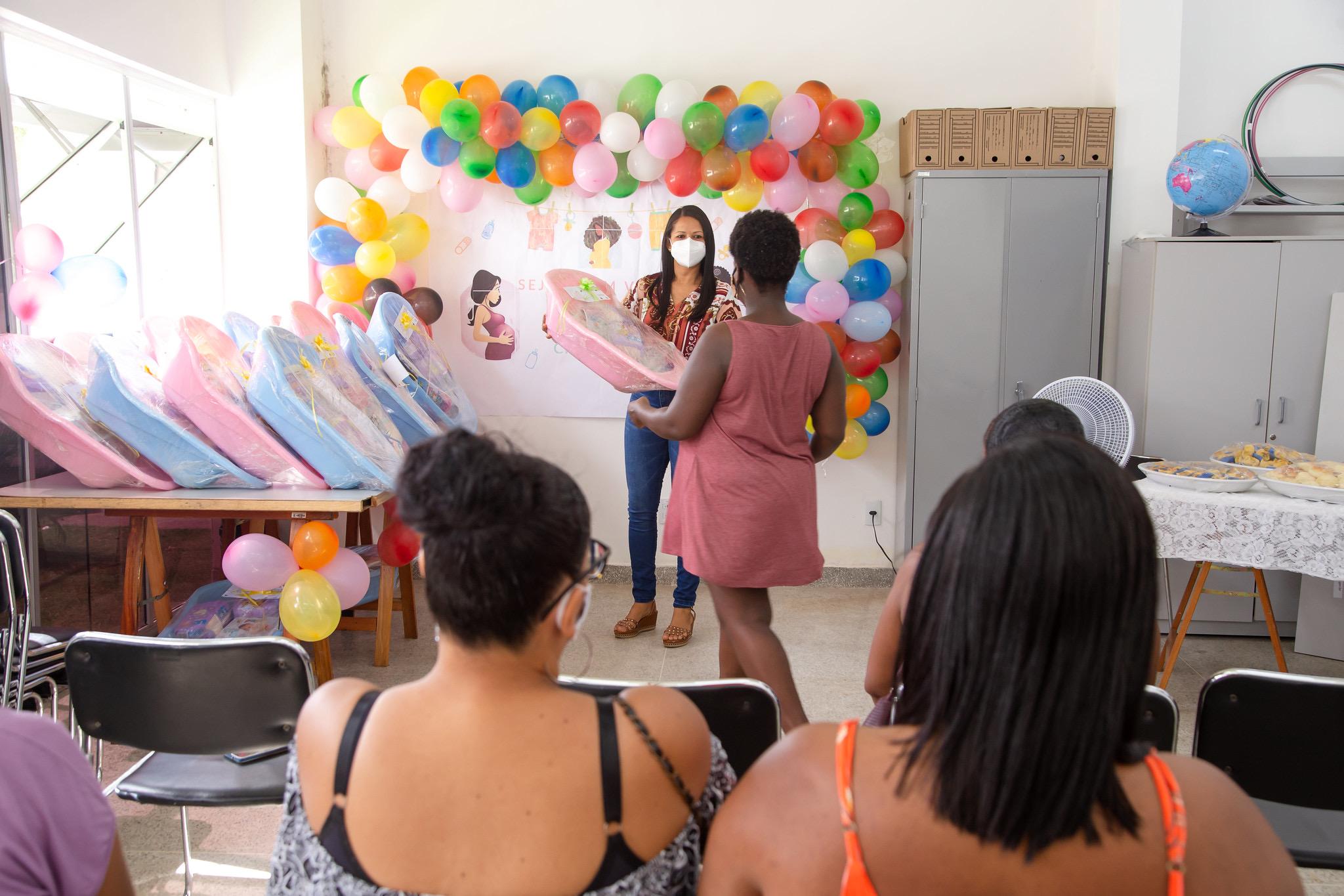 CRAS de Lauro de Freitas entrega kit natalidade a gestantes e cestas básicas para famílias em situação de vulnerabilidade