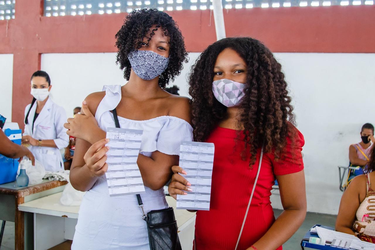 Em Lauro de Freitas, adolescentes de 12 anos comemoram vacinação contra a Covid-19