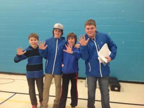 Les joueurs de l'école Boisvert après avoir remporté leur dernier match leur permettant de prendre le 5e rang provincial.