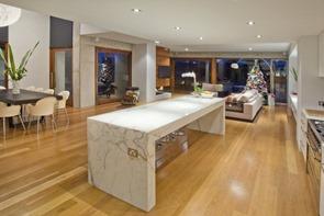 piso-de-madera-mesa-de-marmol