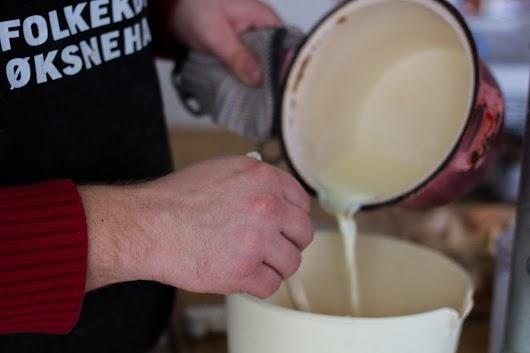 Hæld varm mælk og fløde over æggene - Mikkel Bækgaards Madblog.jpg