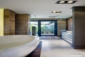 baño-moderno-paredes-revestidas-madera
