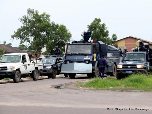 – La police d'intervention le 8/12/2011 à l'entrée de la 10ème rue à Kinshasa-Limete le long du boulevard du Lumumba. Radio Okapi/ Ph. John Bompengo