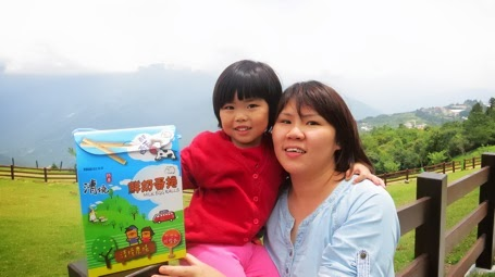 Yining and Mummy posing with the egg rolls we bought.