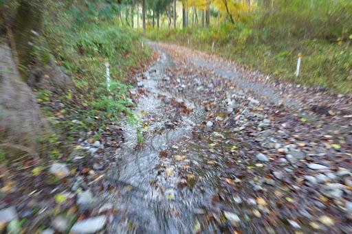 左側なんて川みたいになって流れている。この先には谷間が川になっちゃっている箇所があり、そこから行き場を失った水が道路に流れていました。
