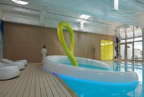 Diseño contemporaneo en piscina cubierta