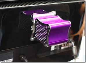 STEAM BOX Xi3 fixo na parte traseira de um Monitor ou TV
