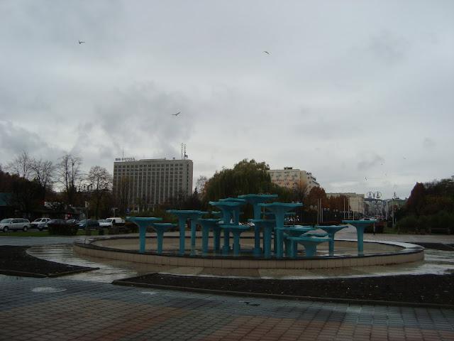 Turkusowa fontanna, w tle - z lewej Hotel Orbis, z prawej ul. 10 Lutego