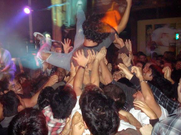 Vocalista de Red Mosquito en brazos de la gente - La Noche de Barranco