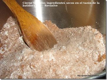 Coloca los ingredientes secos en el tazón de la batidora y revuelve