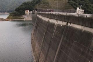 右岸ダムサイトよりダム湖側の堤体を望む
