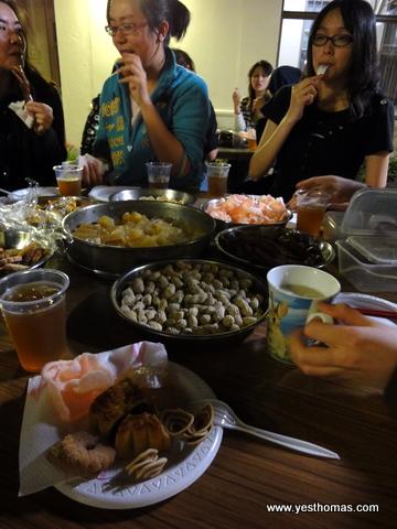雖然月餅普普,但五香鳳爪和炸蝦片挺美味。