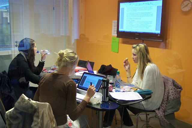 Students in a group room at the Learning Centre in the Oslo University Collegue