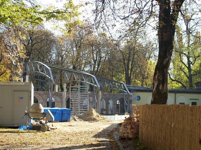 Pawilon zwierząt zmiennocieplnych w Starym ZOO w budowie - widok od strony wybiegu osłów