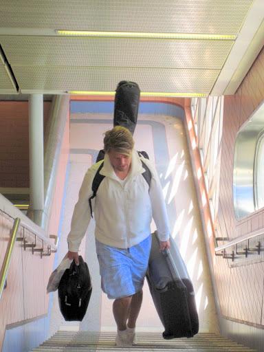 Mycket att bära i långa trappor - men varför tar han inte rulltrappan?