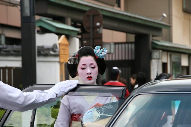 Geisha entrando en un taxi