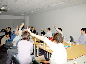 質問に挙手をする参加者達