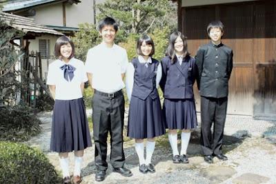 天理高等学校の女子の制服1