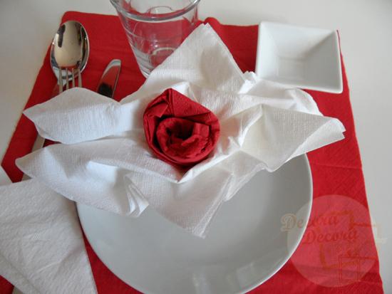 Decoración San Valentín. Doblar las servilletas con forma de rosa.