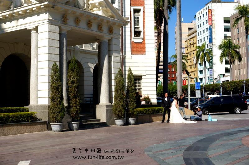 發現新人在台中州廳門口拍婚紗照