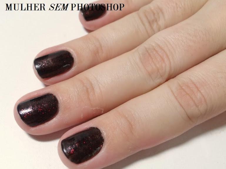 Esmalte Viúva Negra: preto com glitter vermelho