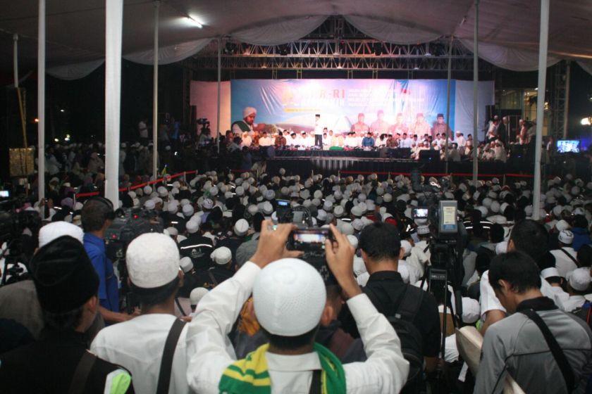 Puluhan ribu Syekhermania, julukan bagi penggemar Habib Syech, antusias mengikuti MPR RI Berdzikir dan Bersholawat. Foto: Dok. MPR RI.