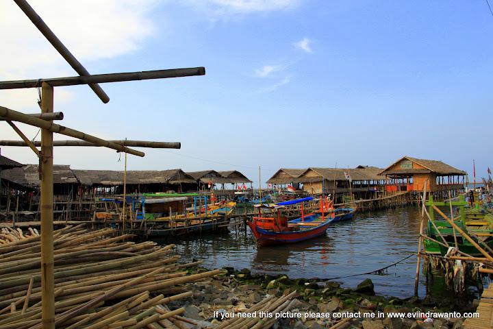Bambu, pondok apung, dan perahu