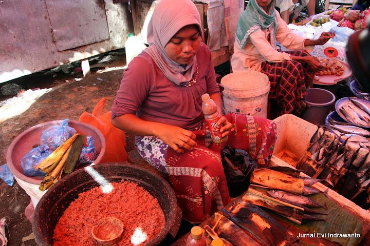 Ikan teri fermentasi - makanan khas di pasar tradisional Bima