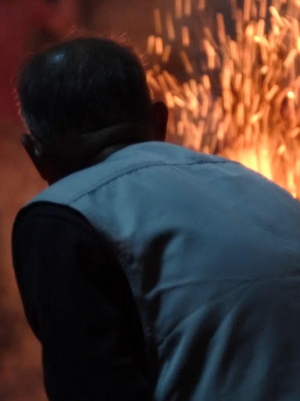 Steinheil 85mm/焚き火の守をするおじいさん