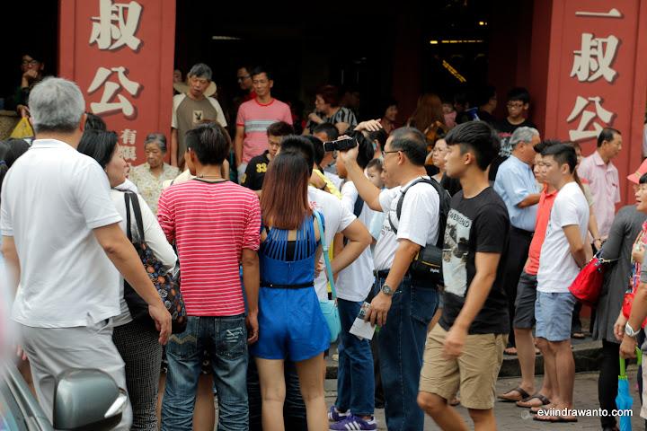 Menonton aksi pedagang kelapa muda di jonker street