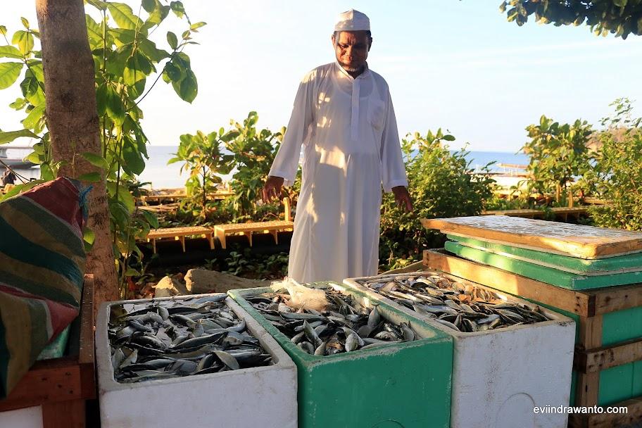 Pak Jumadi dengan ikan-ikan dari kapalnya