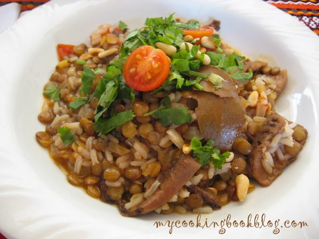 Леща с ориз, гъби, пресни домати кориандър и кедрови ядки