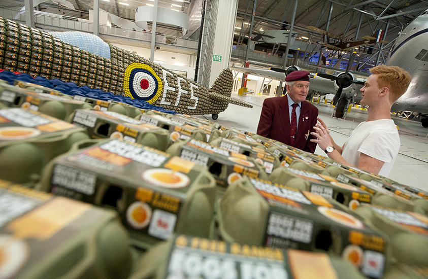 *藝術家jack munro和charlotte austen:用6500個雞蛋盒做的噴射飛機! 6