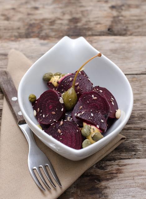 Salata de sfecla rosie cu sos de mustar si capere