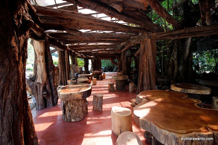 Tempat duduk Cafe yang berada di belakang Museum Kolonial Penang
