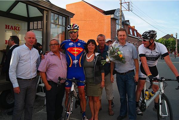 Winnaar wedstrijd WAOD Oekene met organisatie en schepen José Debels