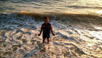 aslah main pasir di pantai Puteri