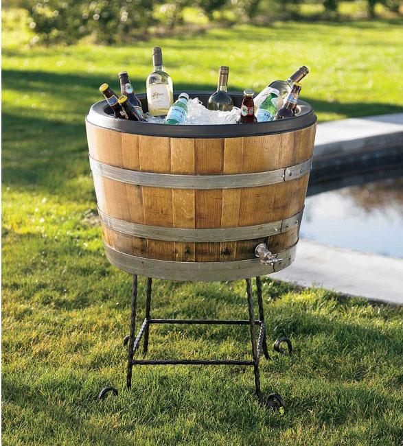 Servir bebidas frías en un barril en el jardín.