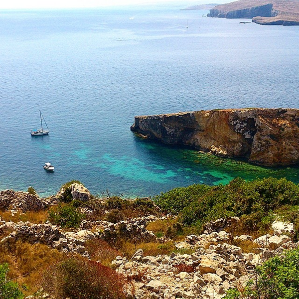 Photo d'une crique paradisiaque à Gozo, Malte.