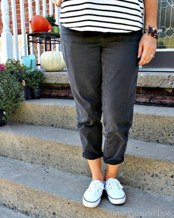 grey-cropped-pants-striped-top-white-sneakers-4